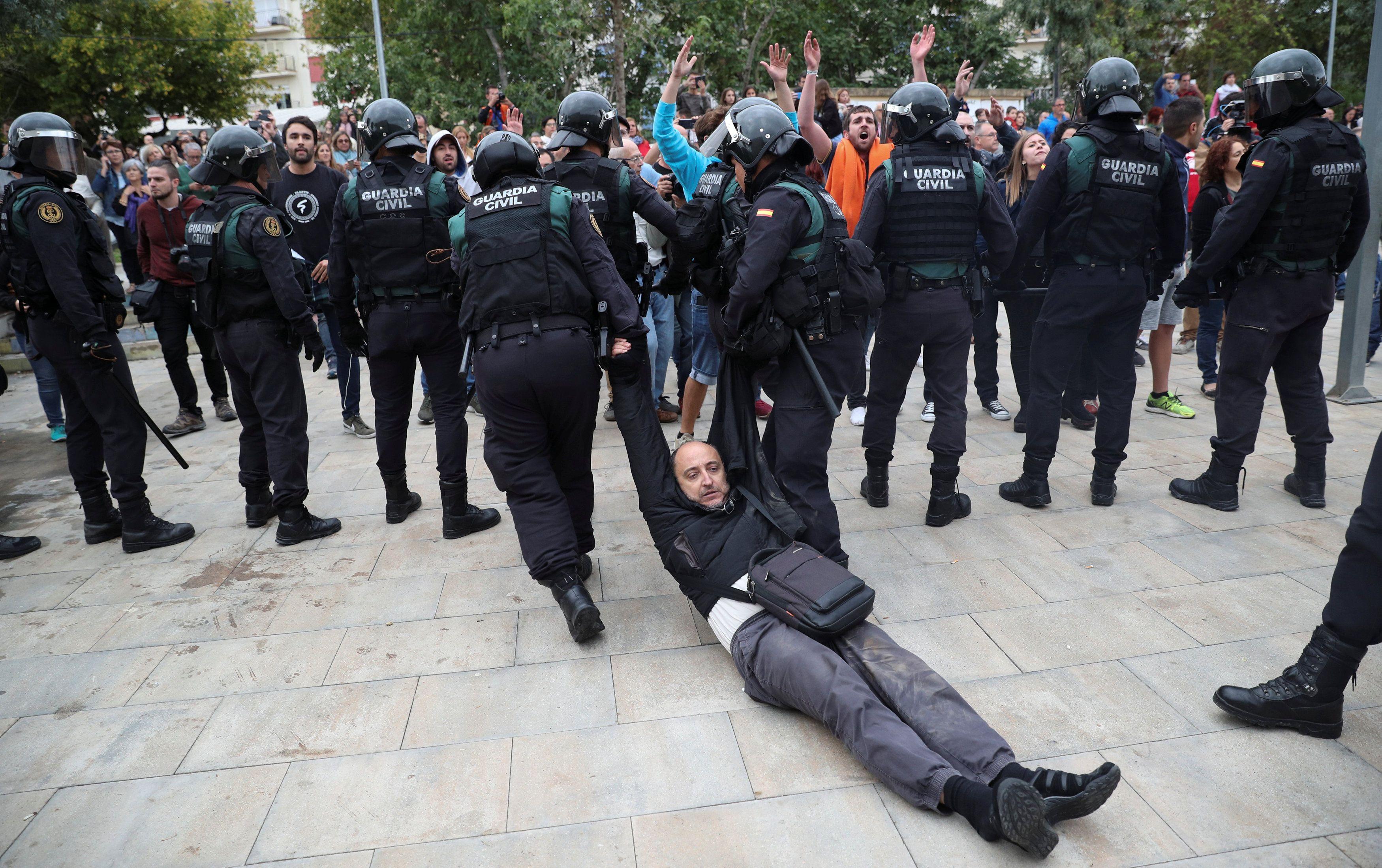 В драках с полицией пострадали до полутысячи человек