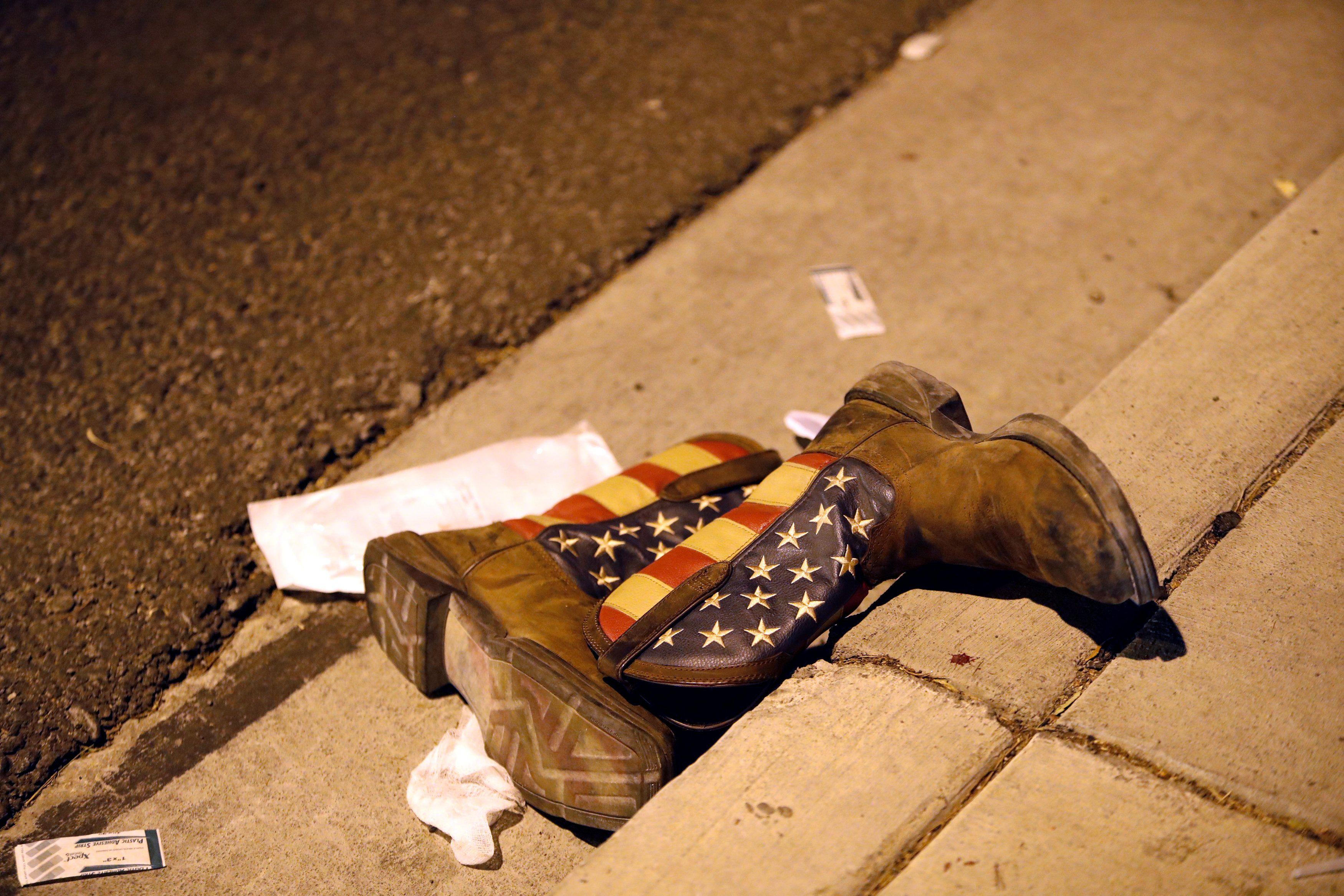 Пара ковбойских сапог после стрельбы в Лас-Вегасе.