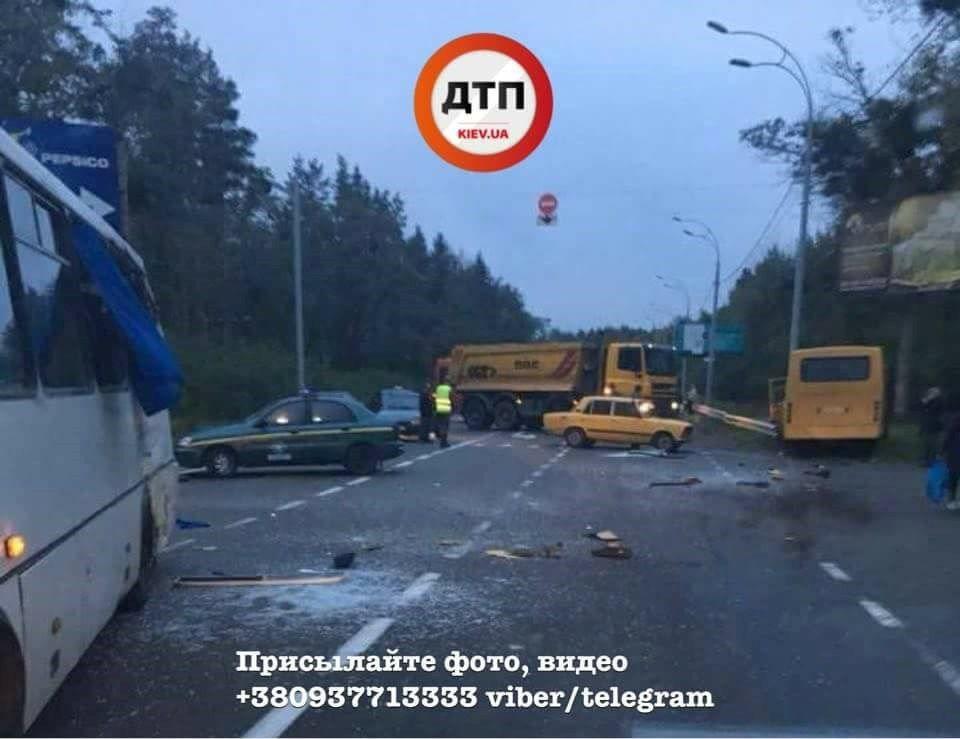Под Киевом маршрутка столкнулась с автобусом Нацгвардии, один военный погиб, 8 — травмированы