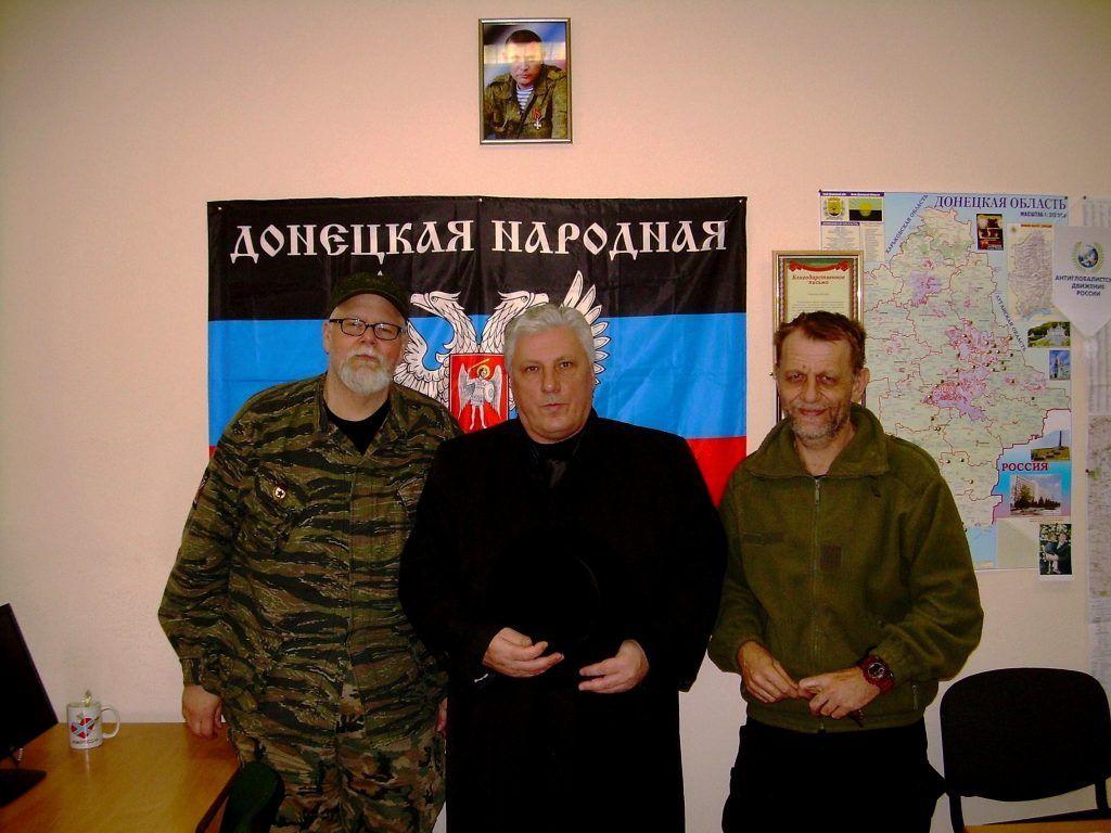 Роман Манекин (в центре)