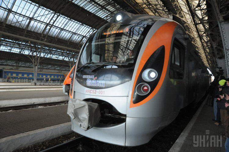 Под Киевом поезд сбил лося