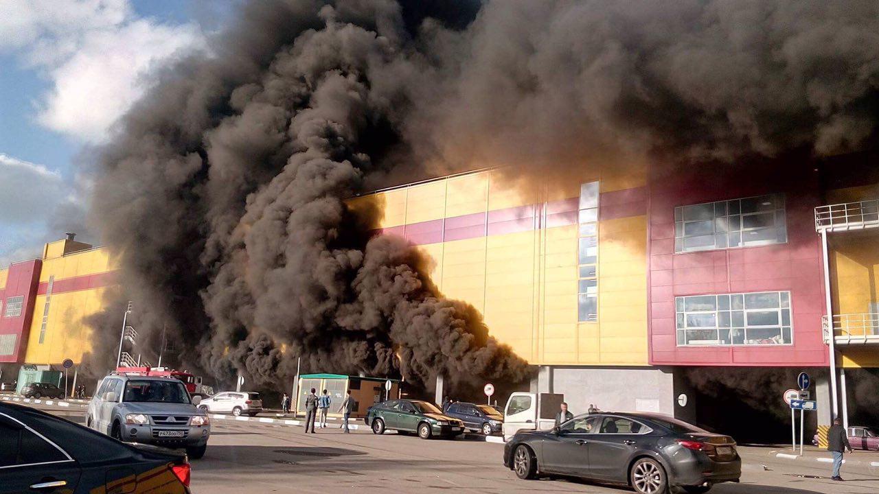 На рынке в Москве вспыхнул мощный пожар