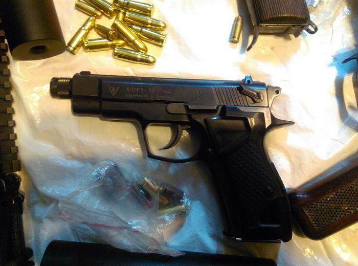 Пулемет, автоматы, пистолеты и патроны. Задержаны члены банды торговцев оружием, опубликованы фото
