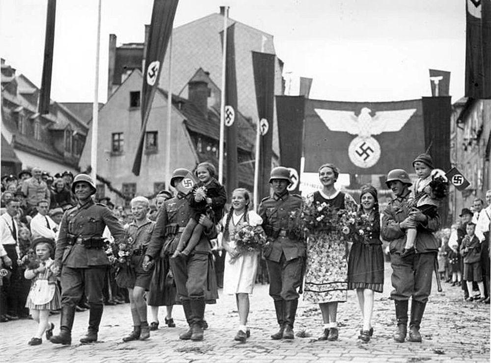 Немецкие войска входят в чешский город Аш на границе с Германией в Судетской области