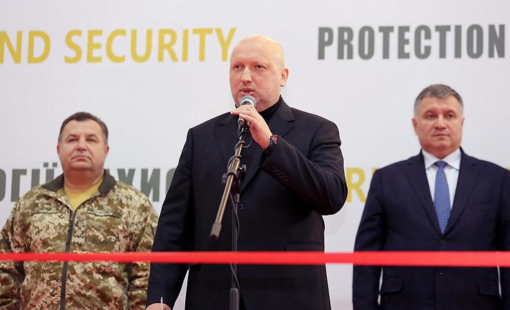 Степан Полторак, Александр Турчинов и Арсен Аваков на выставке