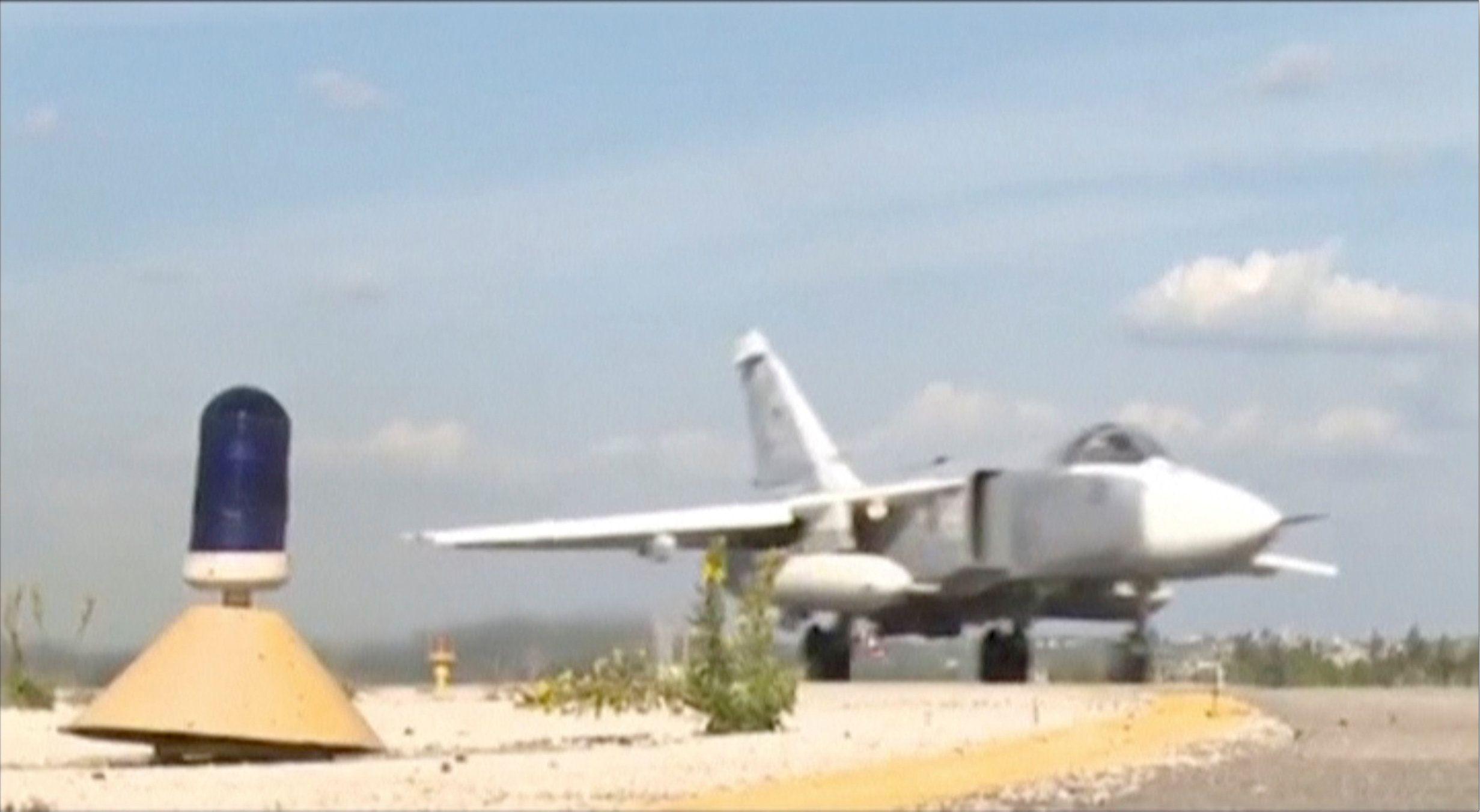 Российский военный самолет Су-24, взлетевший на авиабазе Хмеймим вблизи Латакии.