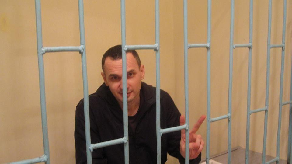 Писатель полагает, что Владимир Путин не освобождает Олега Сенцова из-за