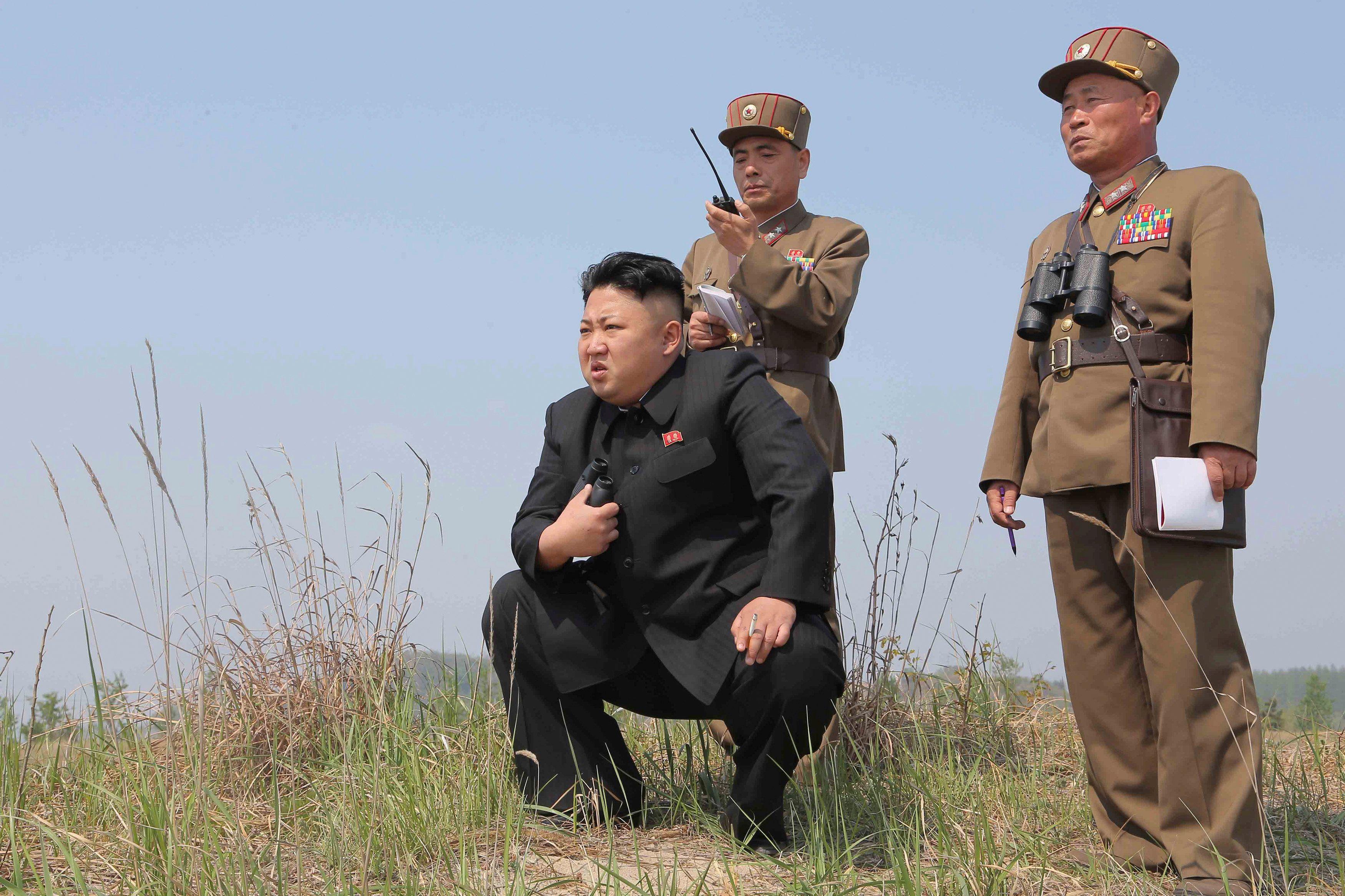 Ким Чен Ын следит за запуском ракеты.