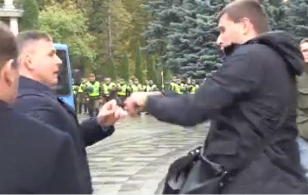 Стычка между нардепом Владимиром Парасюком (справа) и начальником Управления государственной охраны Украины Валерием Гелетеем