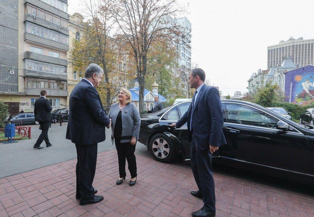 Петр Порошенко и Мари-Луиз Колейро Прека в центре Киева