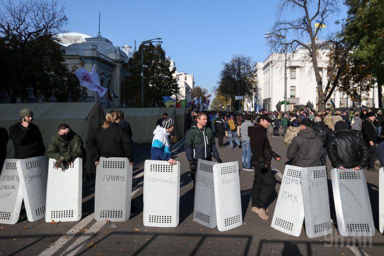 Участники акции у Рады с отжатыми щитами