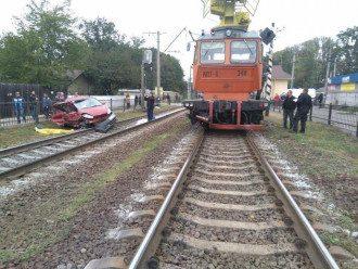 Под Киевом на переезде поезд протаранил авто