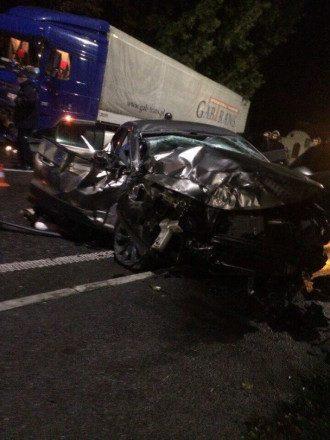 На Львовщине Volkswagen влетел в фуру, три человека погибли, три травмированы