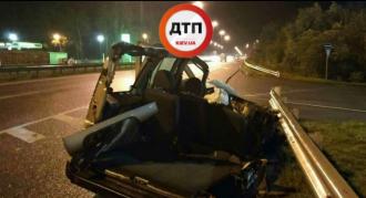 Иномарка после столкновения с грузовиком