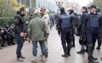Активисты и правоохранители в центре Киева, иллюстрация
