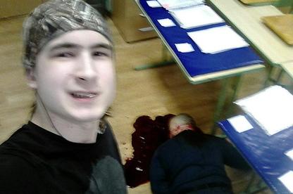 Парень сделал селфи на фоне убитого