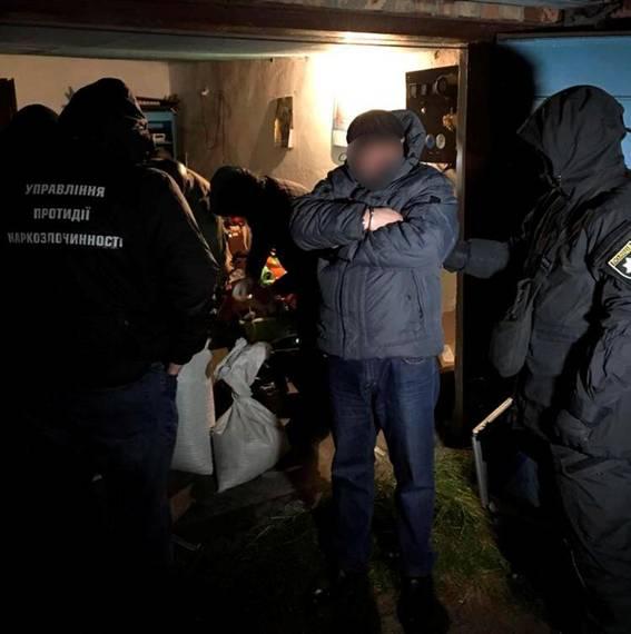 Изъяли зелья на 350 тысяч. В Житомире накрыли банду наркодельцов, организованную экс-милиционером