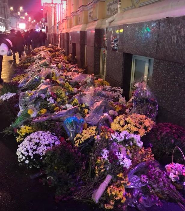 Цветы на месте кровавой аварии