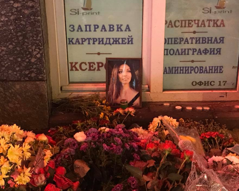 Цветы на месте кровавой аварии и портрет одной из погибших