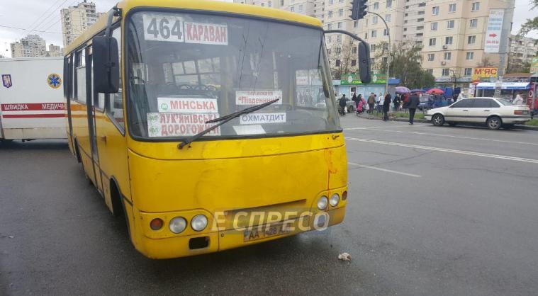В Киеве на Оболони маршрутка наехала на людей, две жертвы
