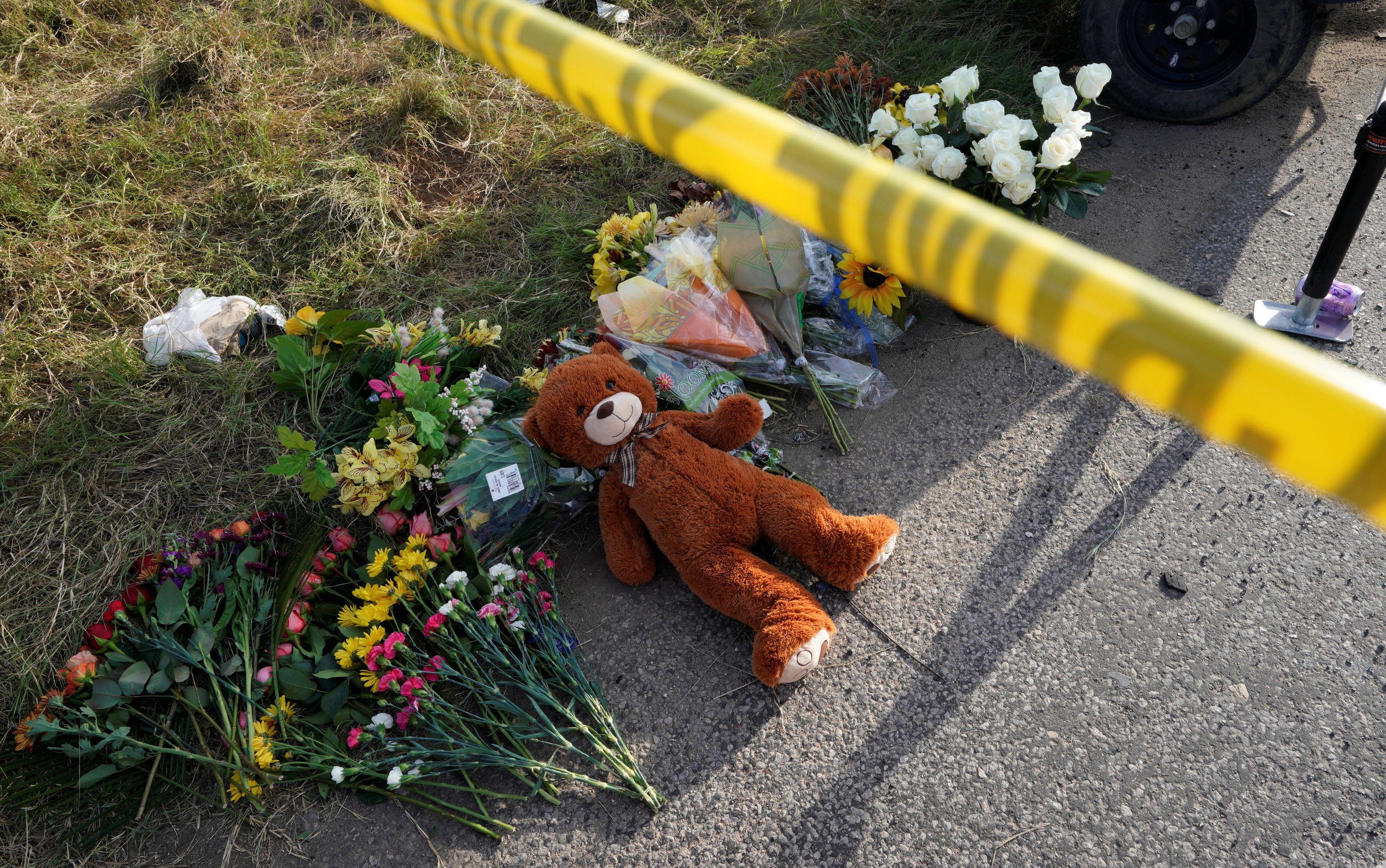 Цветы и игрушка возле места трагедии, иллюстрация