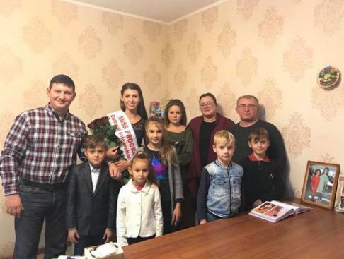 Александр Тигов (слева) с семьей Чеботаревых