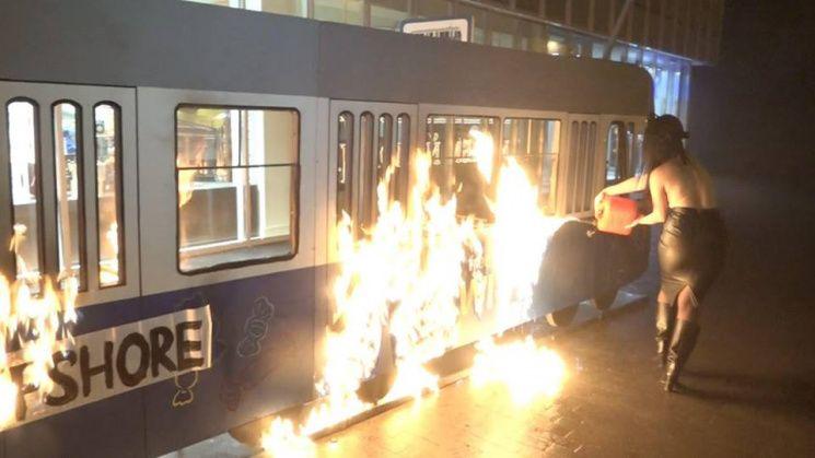 В Виннице участница Femen подожгла декоративный трамвай