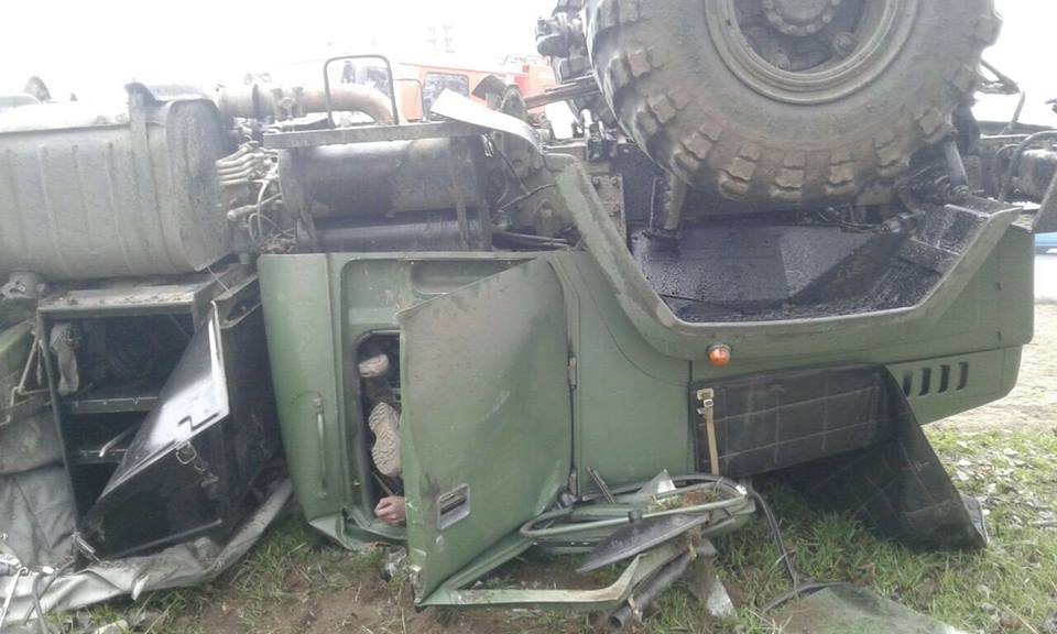 В Запорожье перевернулся военный грузовик: есть погибший, опубликованы фото с места ДТП