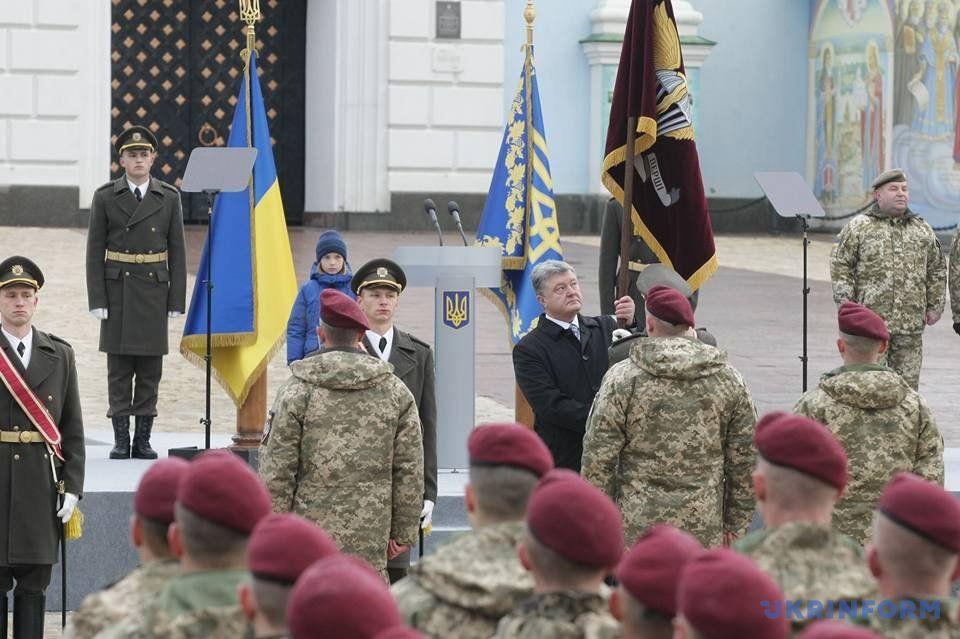 Президент Петр Порошенко вручает десатникам знамя с новой эмблемой