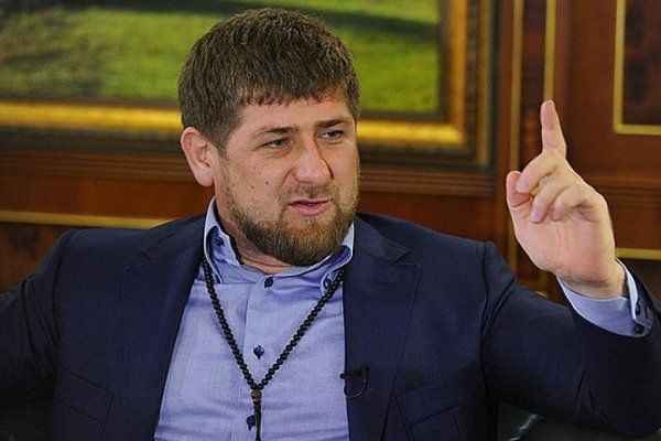 Рамзан Кадыров изо всех сил защищает Россию. Правда, только в социальных сетях