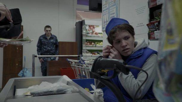 Главный герой — кассир одного из супермаркетов.