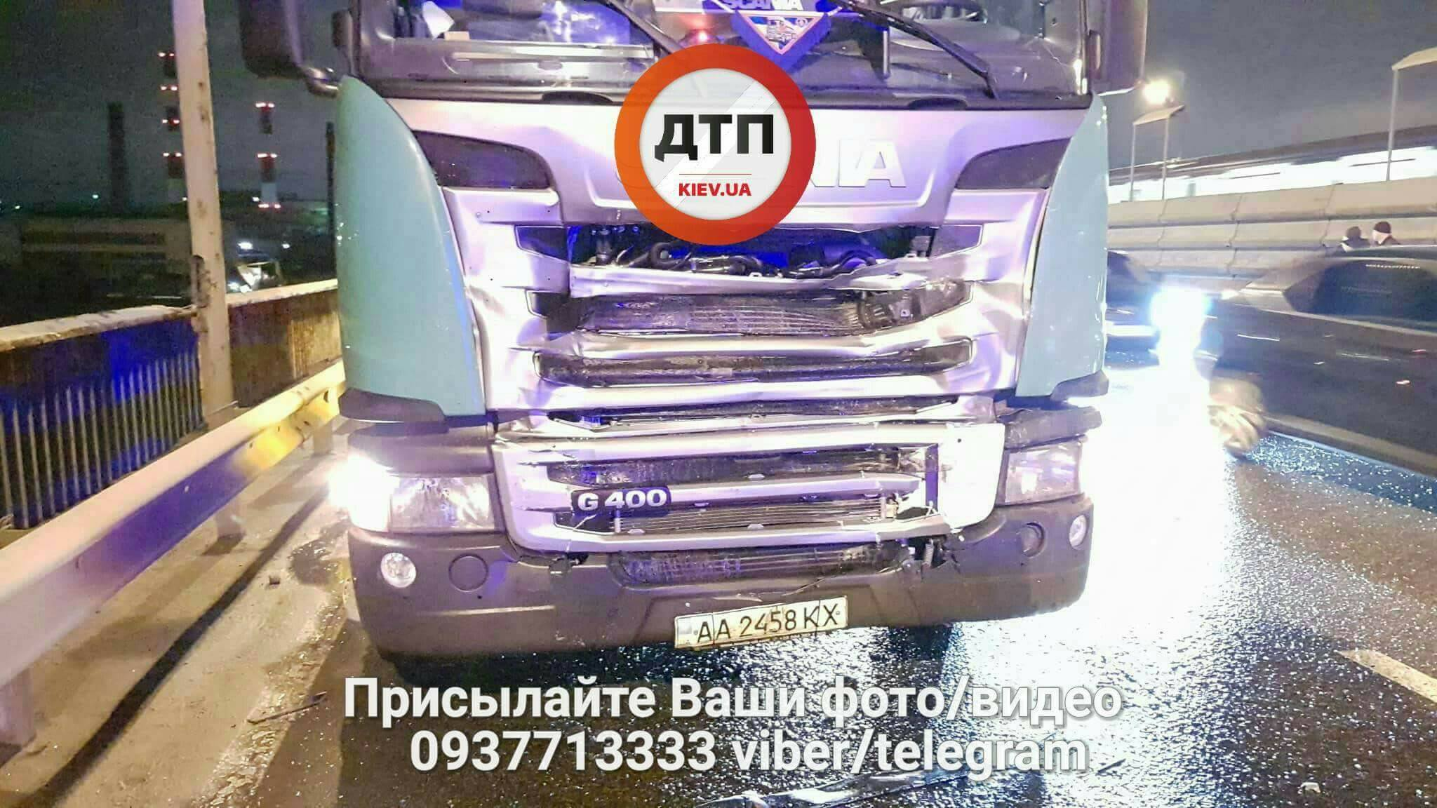 ДТП в Киеве. На Южном мосту бензовоз врезался в Opel, погибли два человека