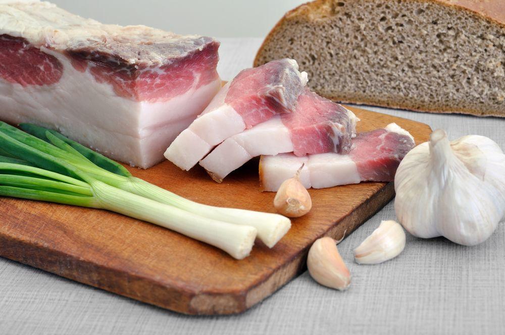 Эксперт сказал, что в сутки человеку можно съедать не более 20 граммов сала
