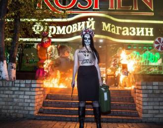 Активистка Femen у Roshen, иллюстрация