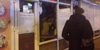 Разбитый лотерейный киоск на улице Щербакивского
