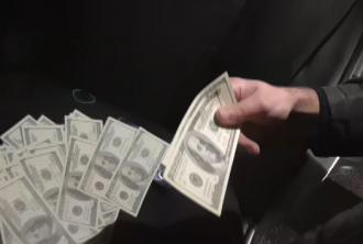 У злоумышленника в авто нашли тысячи поддельных долларов
