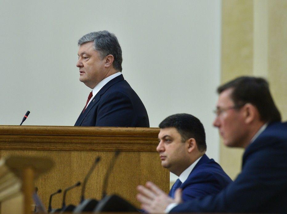 Отставка Гройсмана невыгодна для Порошенко, уверен политолог.