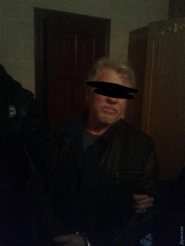 Пьяный моряк устроил стрельбу и взял в заложники свою семью, ранен полицейский