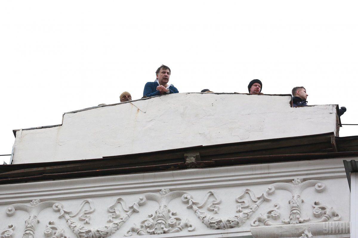Михеил Саакашвили на крыше дома в центре Киева