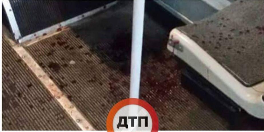 Салон троллейбуса забрызган кровью