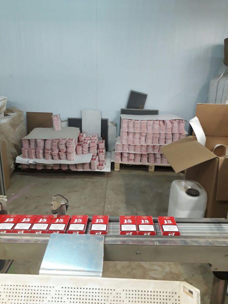 В Испании на нелегальной табачной фабрике задержали 7 украинцев, опубликованы фото и видео