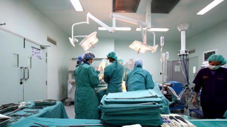 Хирурги впервые провели полную пересадку пениса и мошонки.