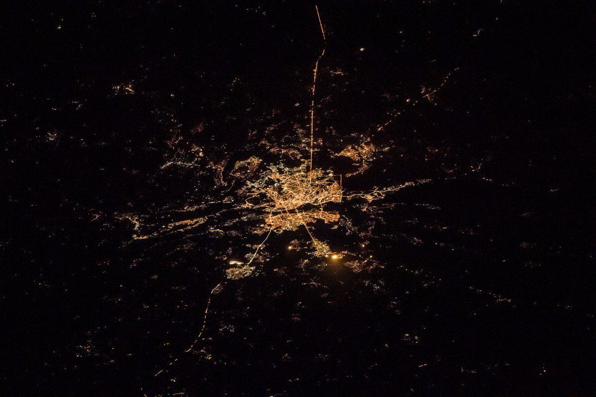 Киев сияет тысячами огней.