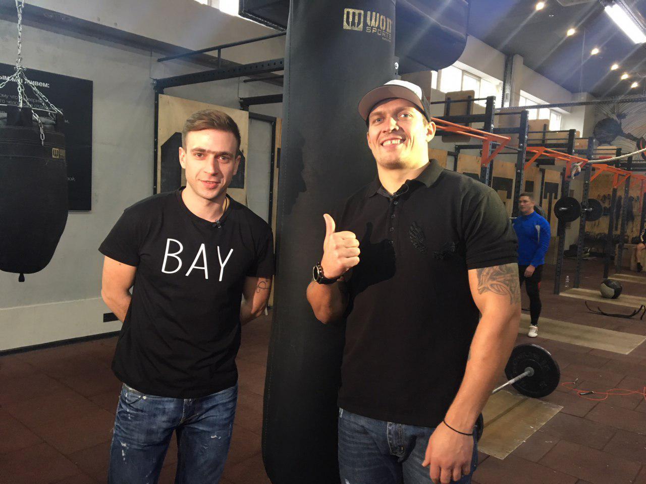 Александр Усик и журналист FootballHub