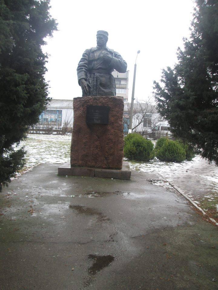 На Черниговщине активисты разрушили памятник генералу НКВД