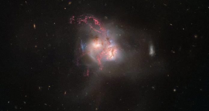 Hubble запечатлел столкновение галактик
