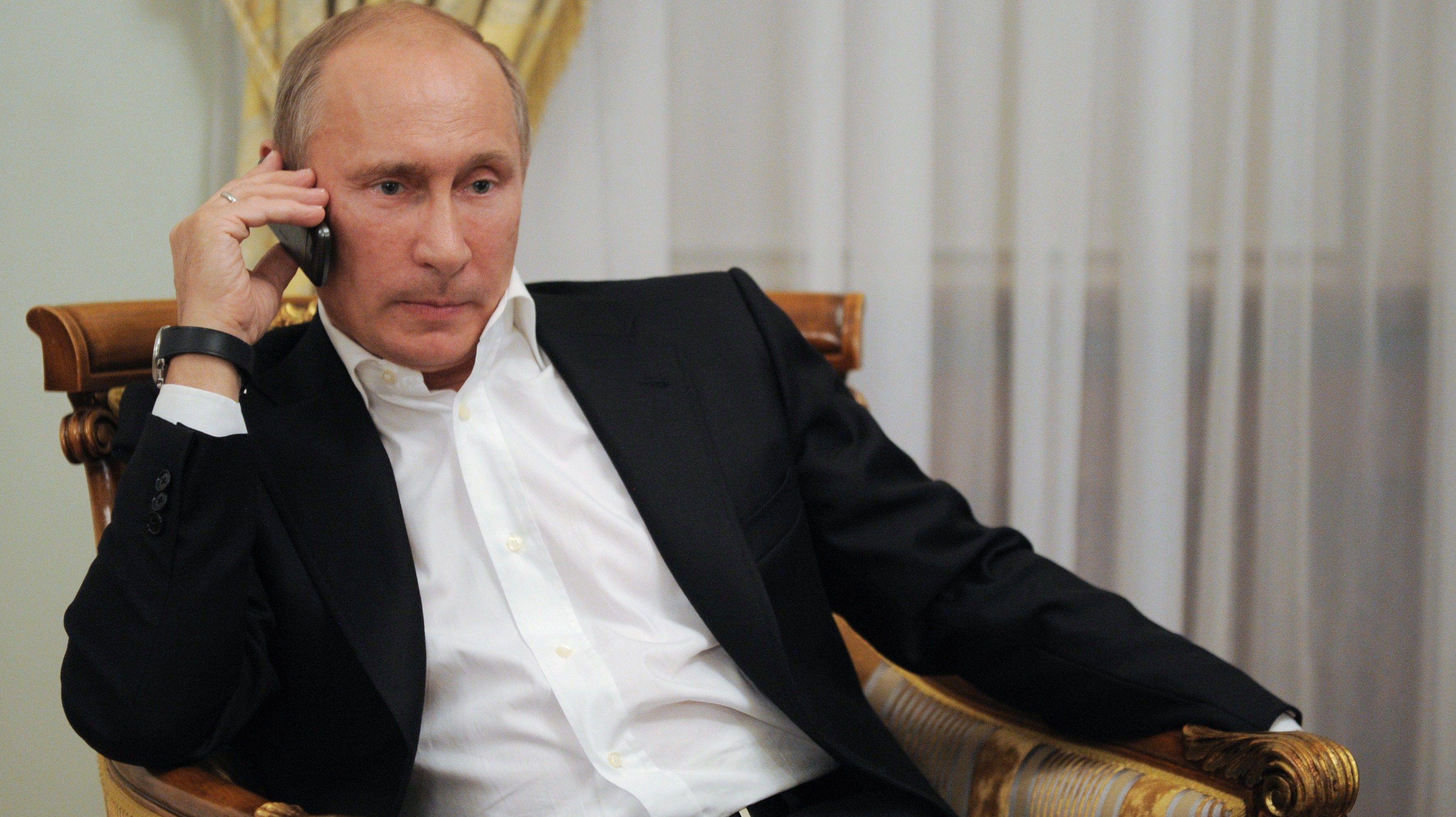 Владимир Путин во время телефонного разговора.