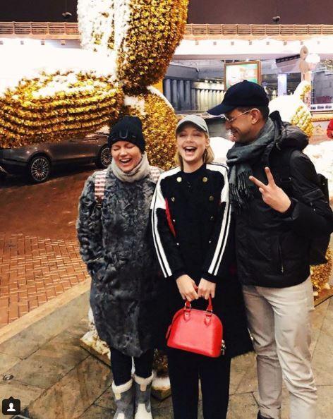 Тина позирует в компании своего менеджера Павла Орлова и продюсера Виктории Лезиной.
