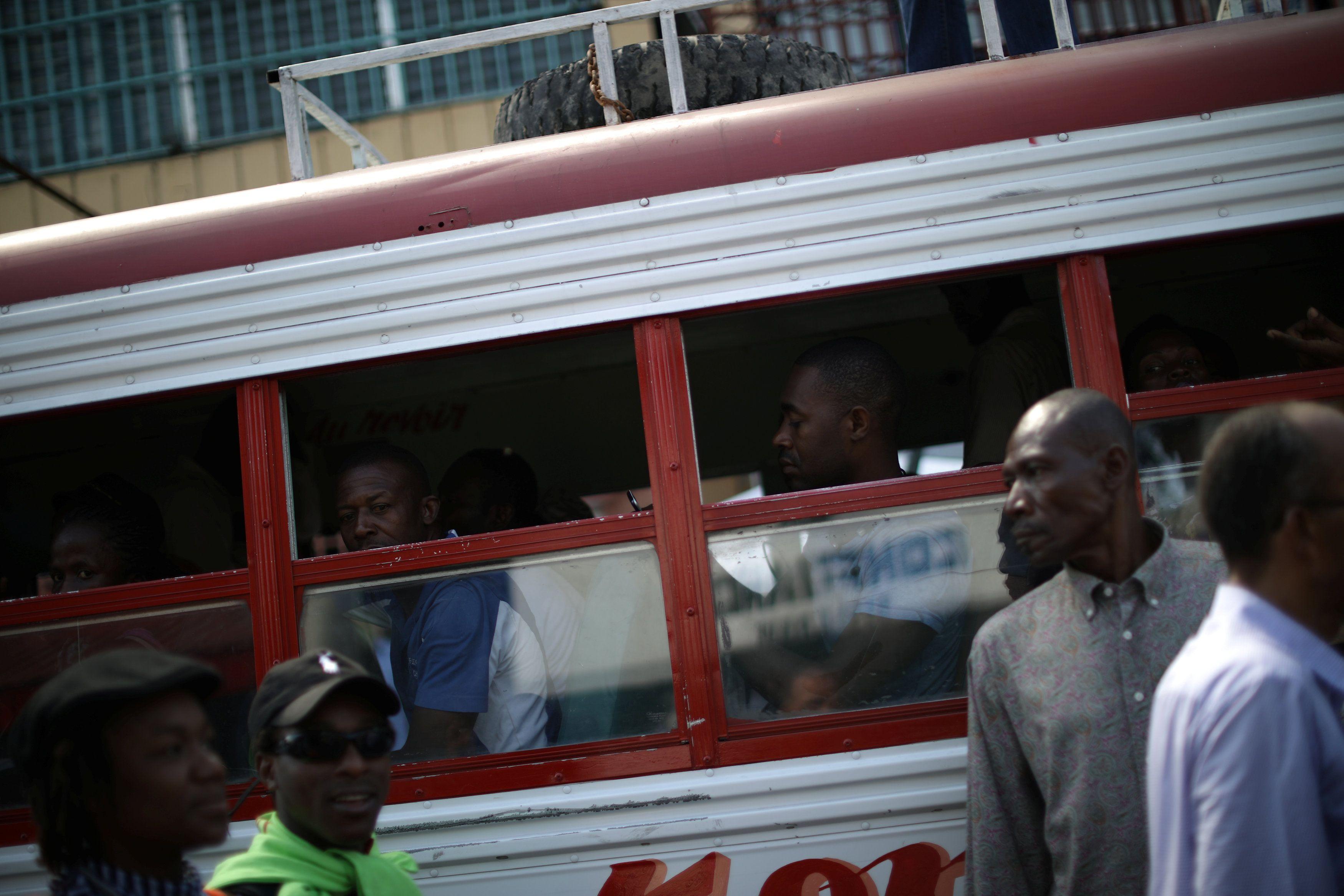 Пассажирский автобус в Индии, иллюстрация.