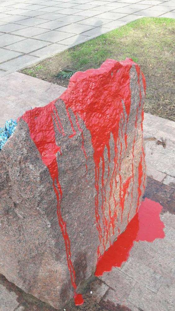 В Одессе вандалы облили краской памятный знак